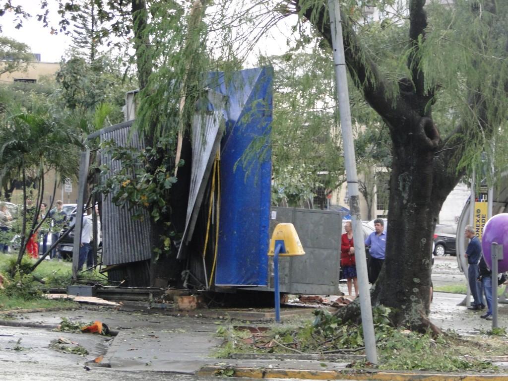 Banca de jornal virada pelo vento (avenida Piracicamirim).