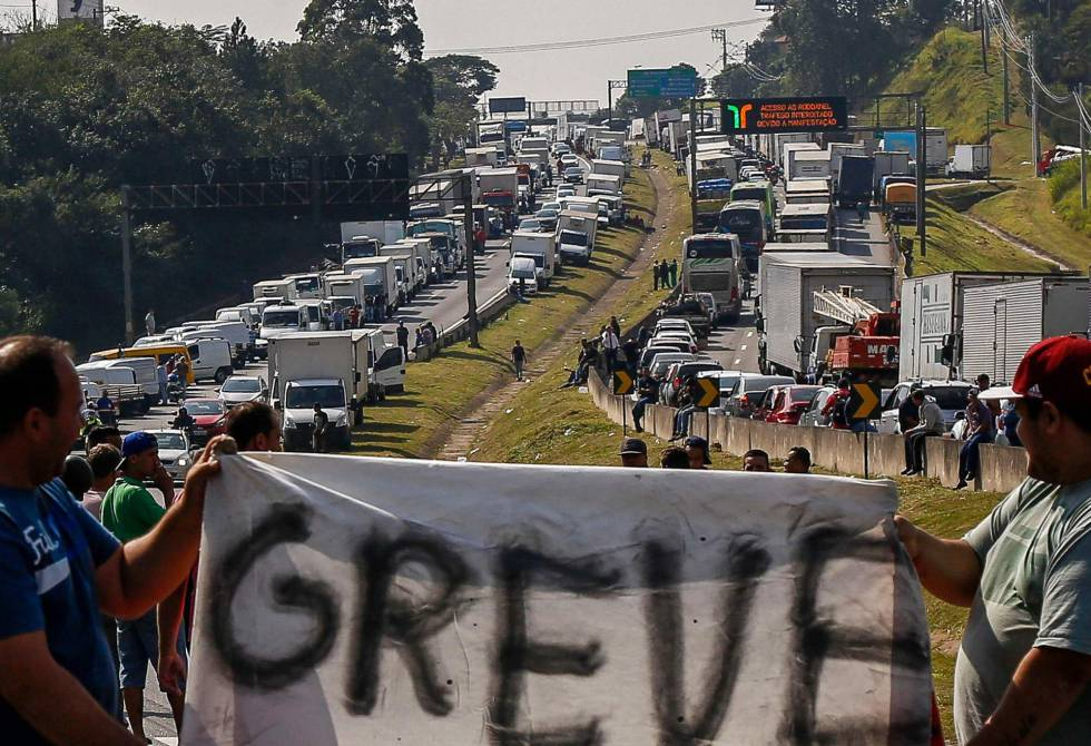 URGENTE: Governo recua, atende aos grevistas e onera o país.