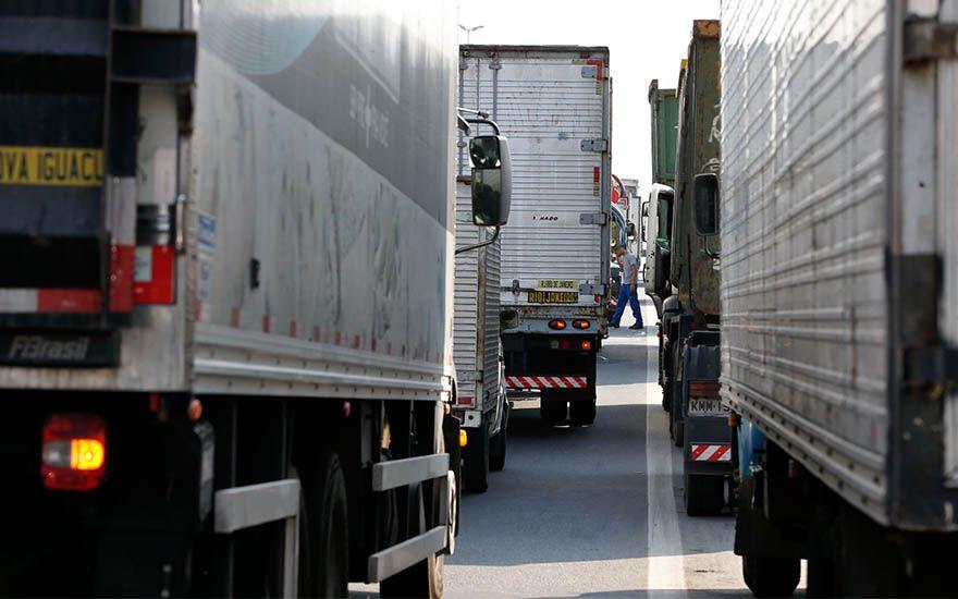 Paralisação continua nas estradas. Governo se enfraquece ainda mais.
